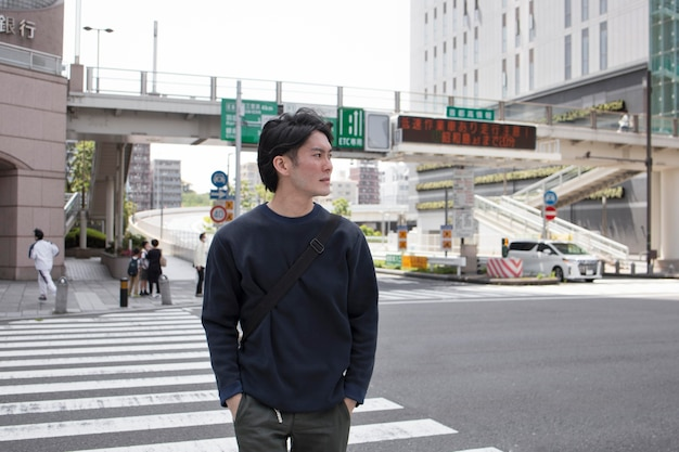 Jonge japanse man die tijd alleen buitenshuis doorbrengt