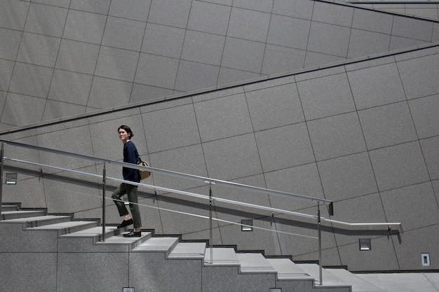 Jonge japanse man die tijd buitenshuis doorbrengt