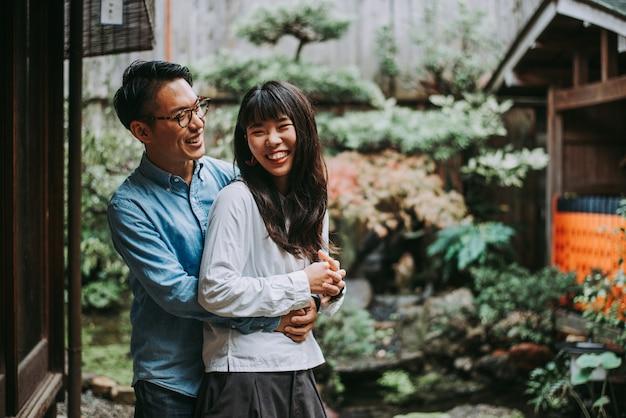 Jonge japanse paar tijd doorbrengen in hun huis