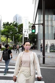 Jonge japanse vrouw buitenshuis