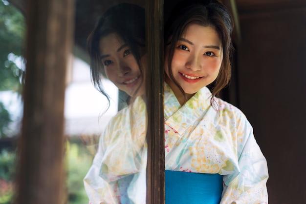 Jonge japanse vrouw die een kimono draagt