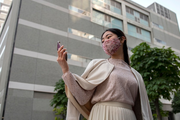 Jonge japanse vrouw in de stad