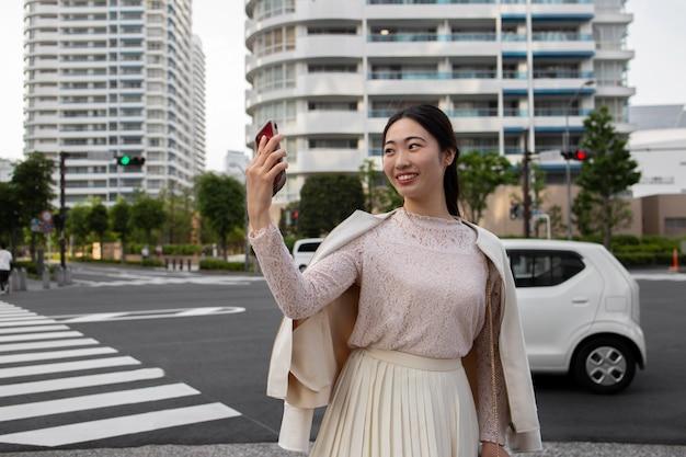 Jonge japanse vrouw in een witte rok buitenshuis