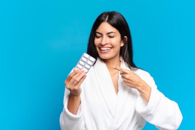 Jonge jonge spaanse vrouw met pillen tablet