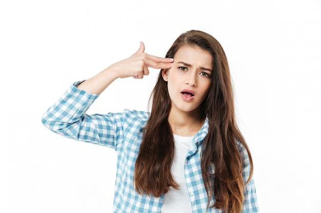 Jonge jonge vrouw die het geïsoleerde gebaar van het vingerkanon toont