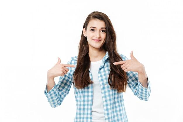 Jonge jonge vrouw die op zich richt