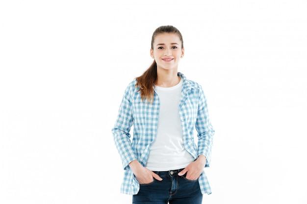 Jonge jonge vrouw die zich voordeed op witte muur