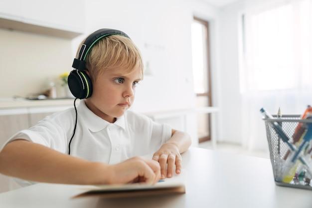 Jonge jongen aandacht besteden aan online klasse