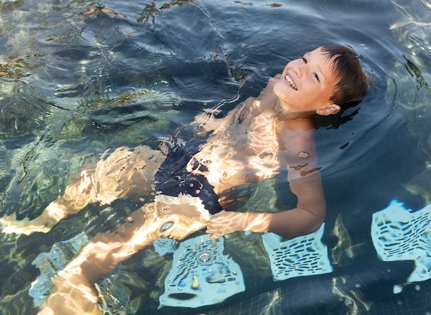 Jonge jongen bij het zwembad