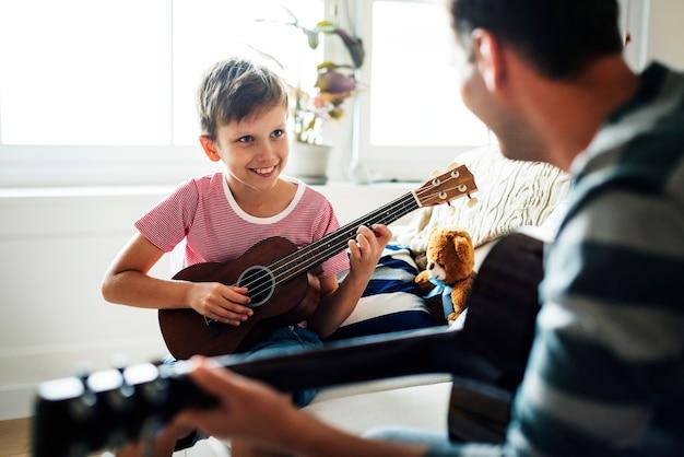 Jonge jongen die gitaar speelt