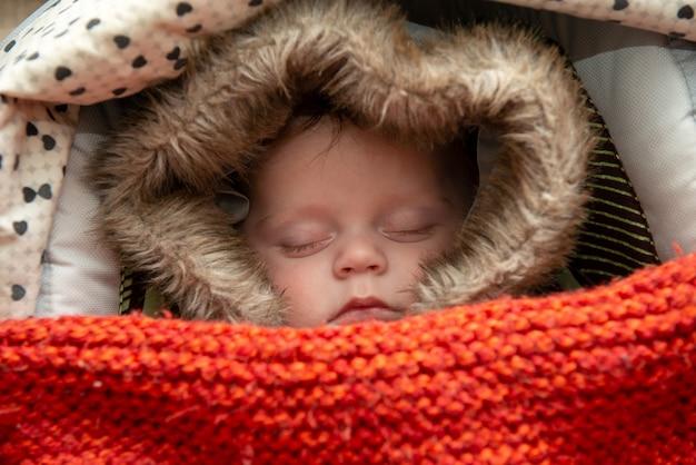 Jonge jongen die in de wandelwagen slaapt