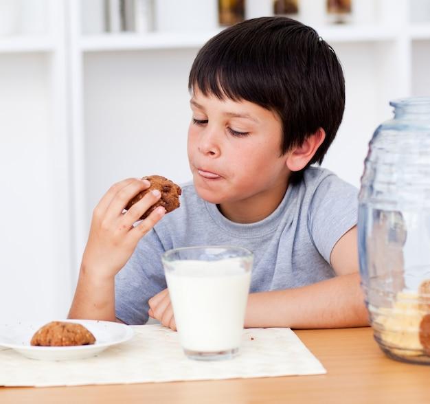 Jonge jongen die koekjes eet