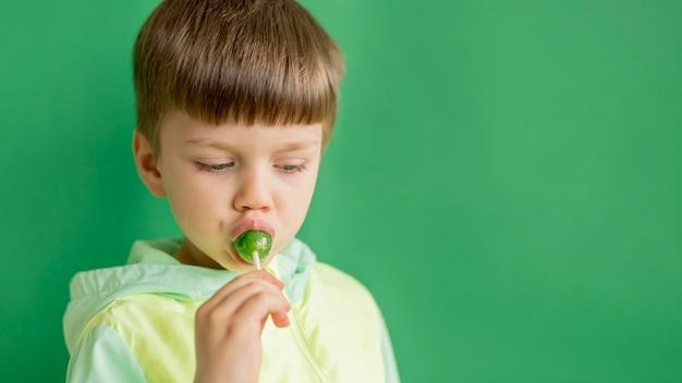 Jonge jongen die lolly eet