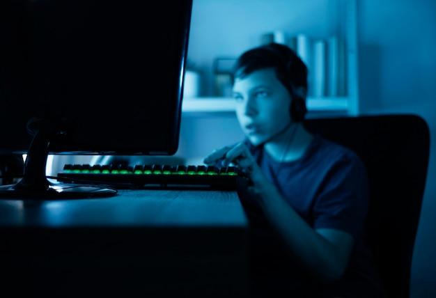 Jonge jongen die op computer speelt