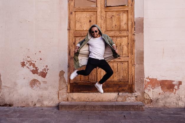 Jonge jongen die op de straat springt