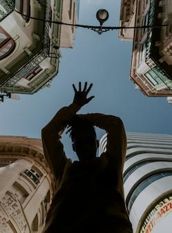 Jonge jongen die rond in de stad danst Gratis Foto