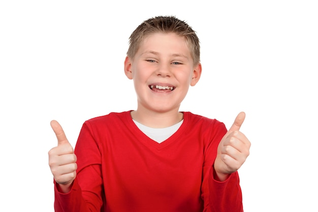Jonge jongen die u duimen geeft die omhoog op witte ruimte worden geïsoleerd