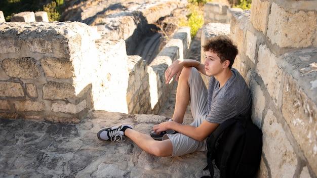Jonge jongen die van reis geniet