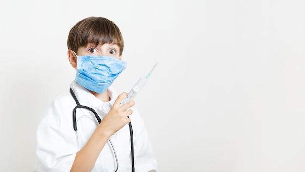 Jonge jongen die zich voordeed als een arts