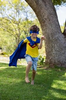 Jonge jongen die zich voordoet als een superheld