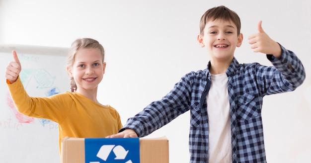 Jonge jongen en meisje graag recyclen