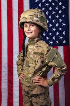 Jonge jongen gekleed als een soldaat