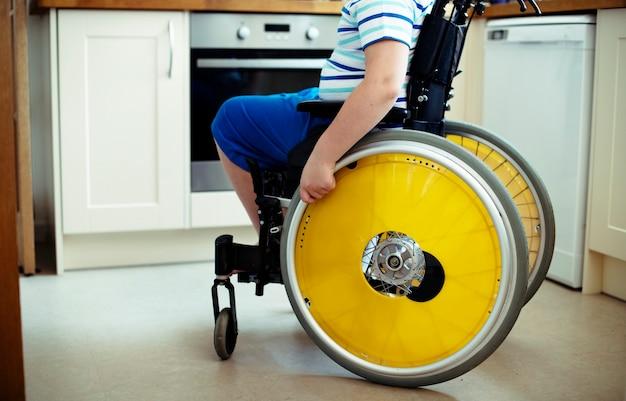 Jonge jongen in een rolstoel