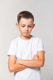 Jonge jongen in een slecht humeur. boos of verdrietig kind