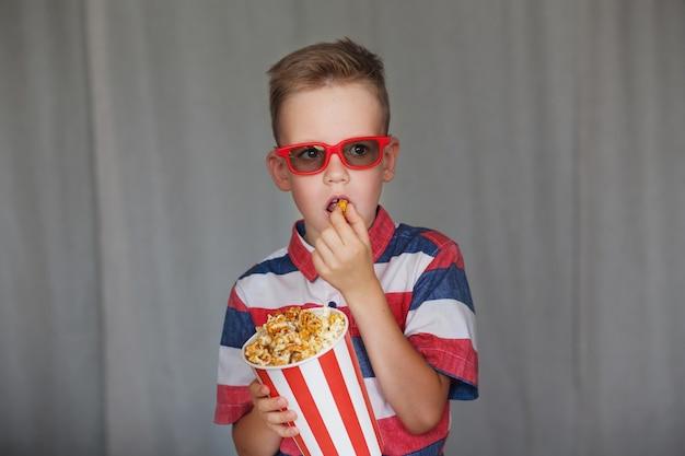 Jonge jongen kijkt naar een film in 3d-bril
