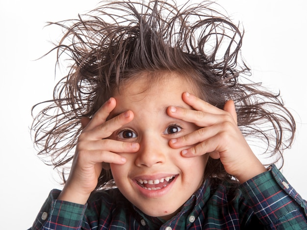Jonge jongen maakt gezichtsuitdrukkingen