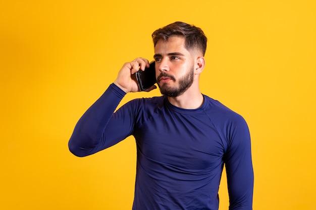 Jonge jongen met de telefoon in gesprek.