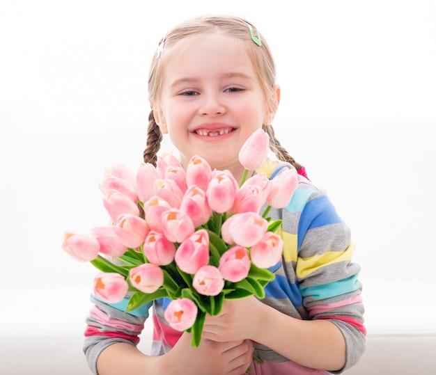Jonge jongen met een boeket van lentebloemen