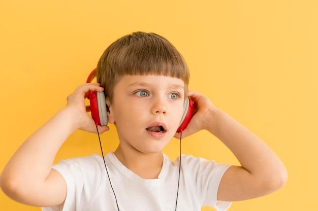 Jonge jongen met een koptelefoon
