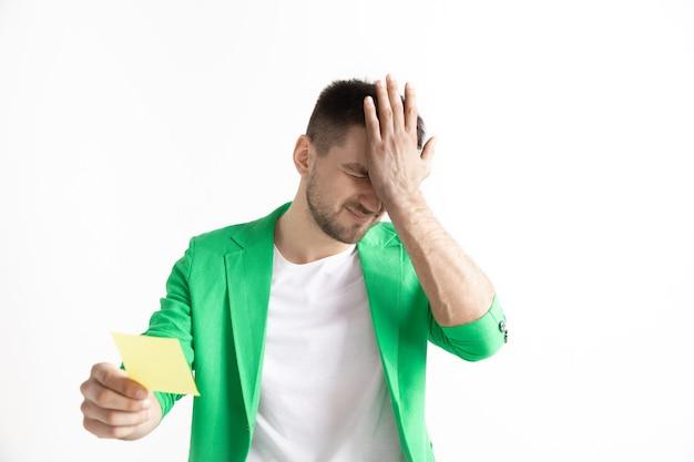 Jonge jongen met een verbaasde ongelukkige mislukking uitdrukking wedstrookje op studio