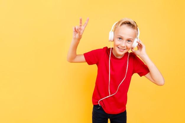 Jonge jongen met koptelefoon luisteren muziek