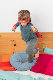 Jonge jongen met kostuum spelen