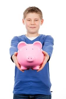 Jonge jongen met roze spaarpot op witte ruimte