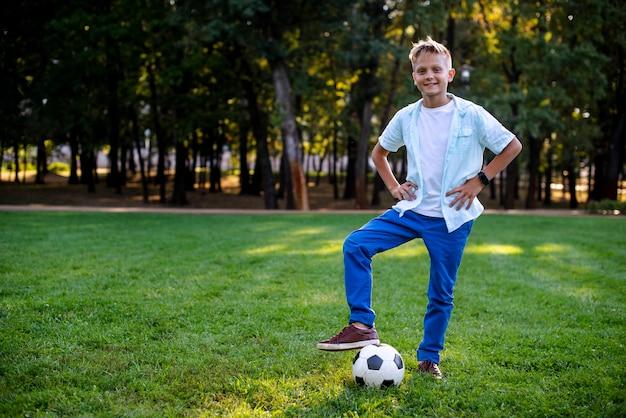 Jonge jongen openlucht met voetbalbal