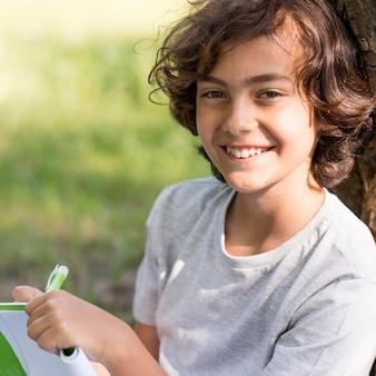 Jonge jongen schrijven