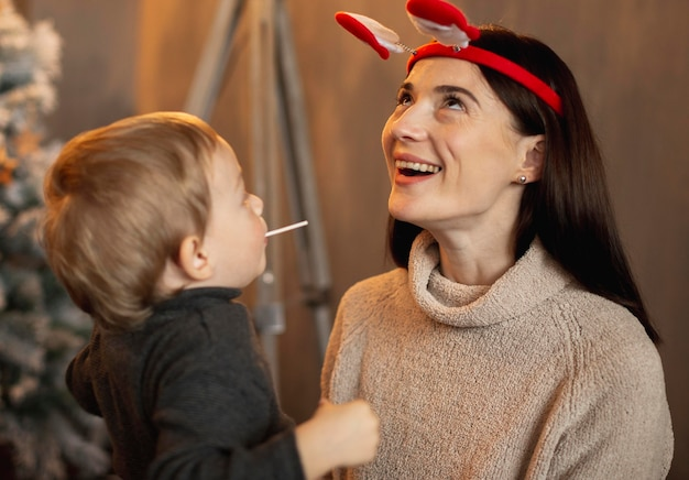 Jonge jongen speelt met moeder