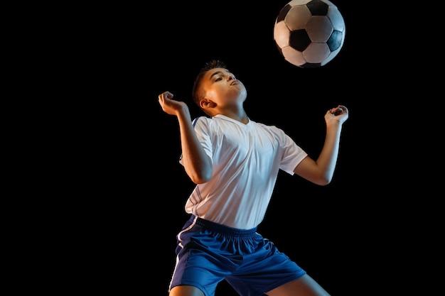 Jonge jongen te voetballen