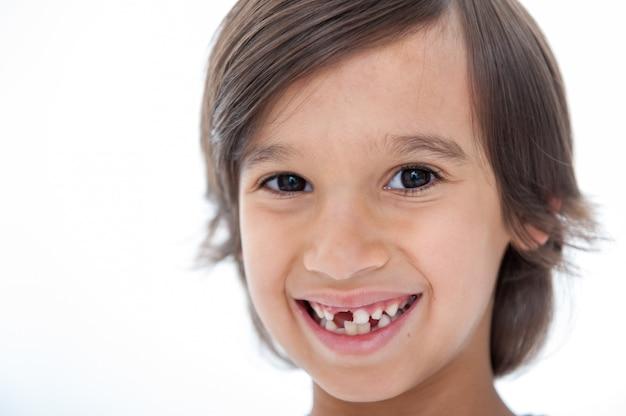 Jonge jongen verloor zijn tand