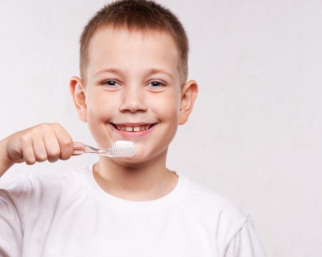 Jonge jongen zijn tanden poetsen