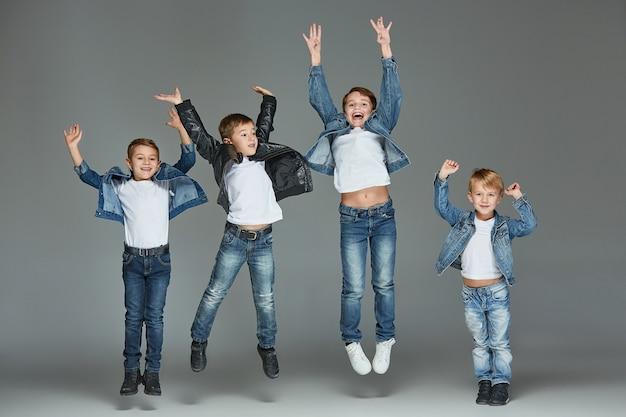 Jonge jongens springen