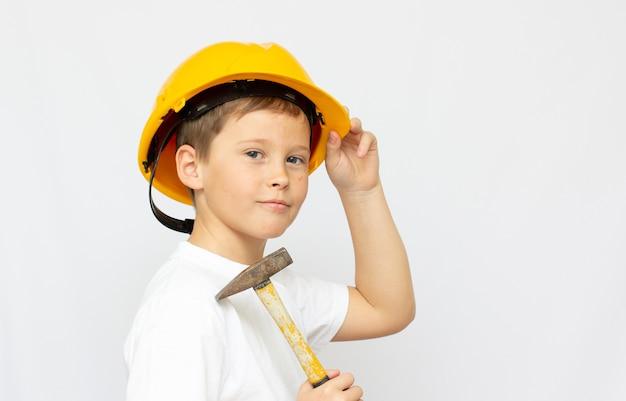 Jonge jongensbouwvakker in een bouwvakker, op een witte achtergrond