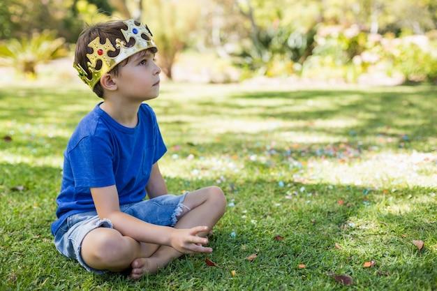 Jonge jongenszitting in park