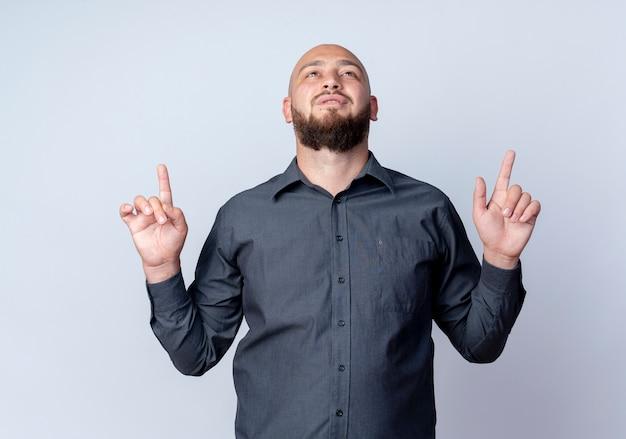 Jonge kale call center man op zoek en omhoog geïsoleerd op een witte achtergrond