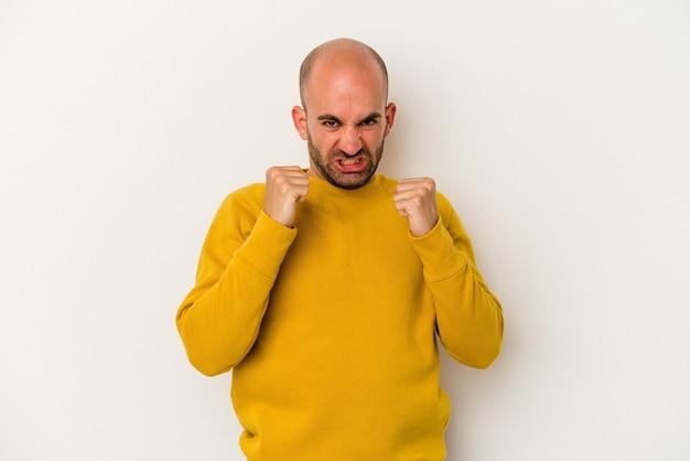 Jonge kale man geïsoleerd op een witte achtergrond boos schreeuwen met gespannen handen.