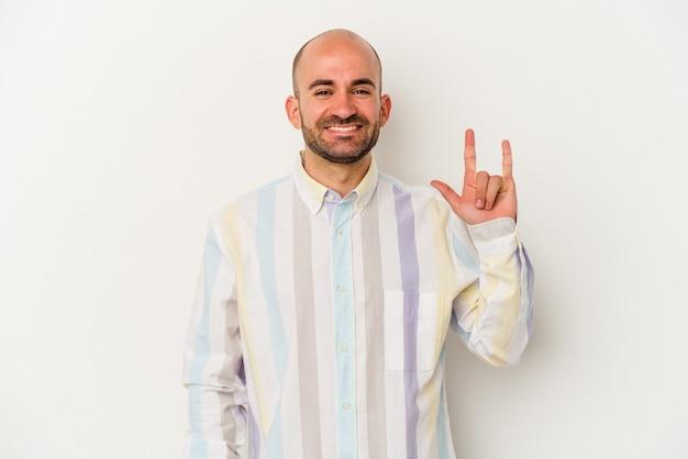 Jonge kale man geïsoleerd op een witte achtergrond met een gebaar van hoorns als een concept van de revolutie.
