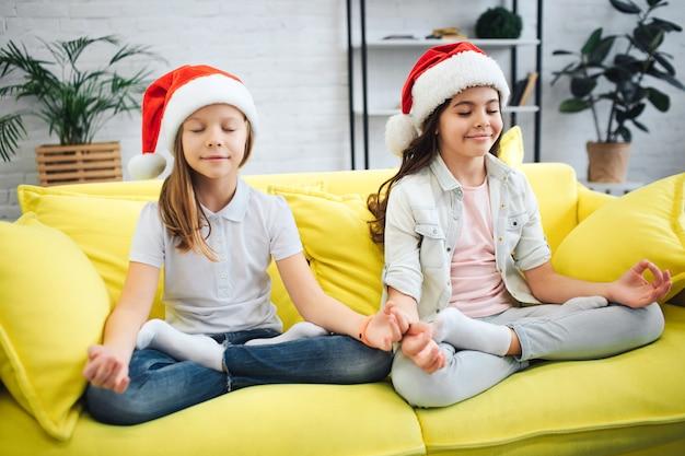 Jonge kalme en vredige tieners die mediteren